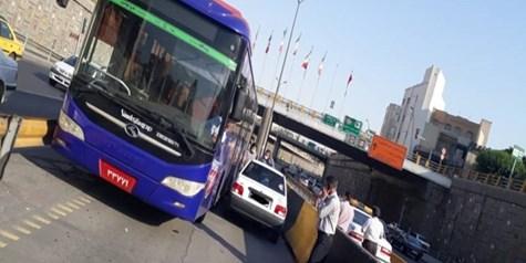حرکت خلاف جهت پراید در«خط ویژه»/ رویارویی اتوبوس و پراید؛راننده متخلف جریمه شد+ عکس